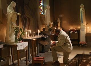 Est-il légitime de prier devant des statues alors que la Bible semble l'interdire ?