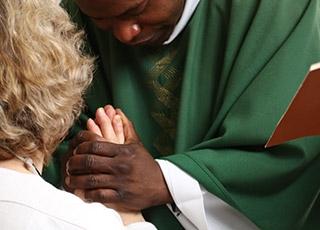 """Pourquoi appeler """"père"""" les prêtres quand l��vangile semble l'interdire (Mt 23,9) ?"""